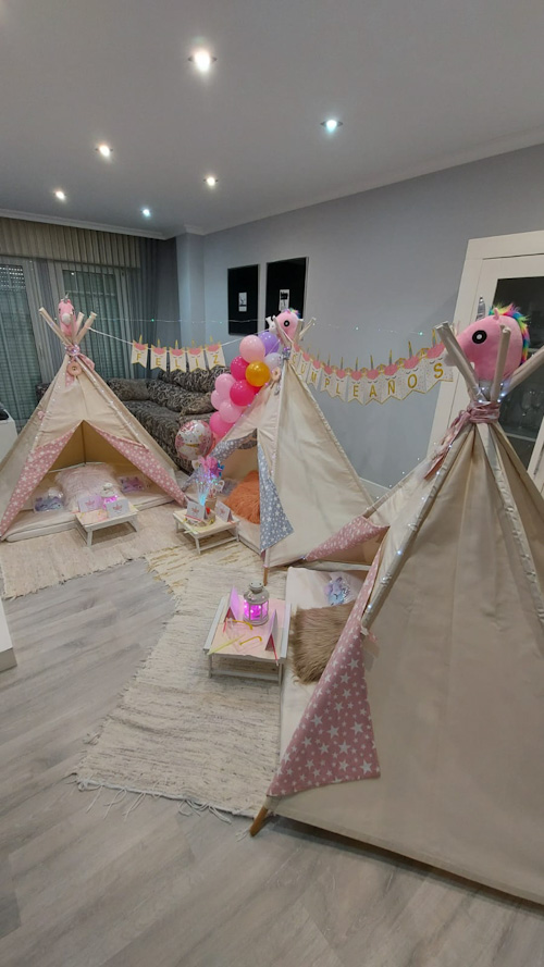Carlota cumple 8 años con una fiesta tipi de Unicornios