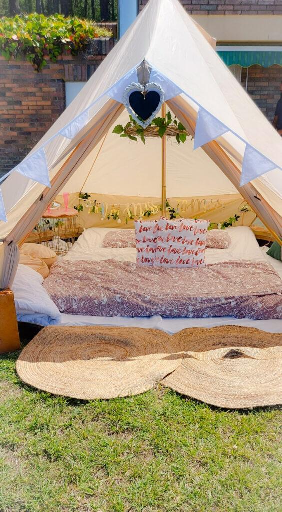Sorprender a tu pareja con una noche romántica en una Jaima Tipi